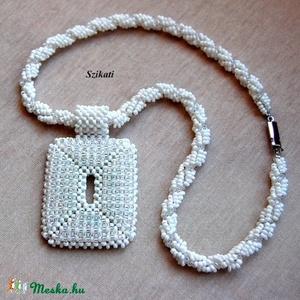 Elegáns fehér gyöngyfűzött nyaklánc medállal (szikati) - Meska.hu