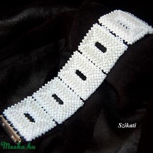 Elegáns fehér gyöngyfűzött karkötő (szikati) - Meska.hu
