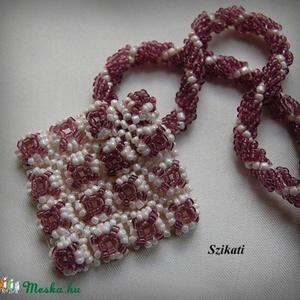 Beige - padlizsán lila gyöngyfűzött nyaklánc medállal (szikati) - Meska.hu