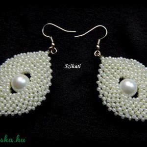 Elegáns fehér gyöngyfűzött fülbevaló (szikati) - Meska.hu