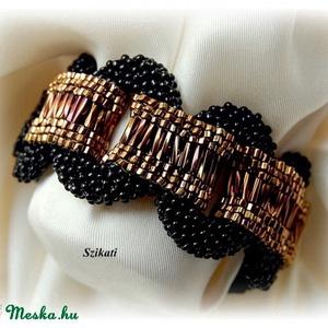 Elegáns fekete - bronz gyöngyfűzött karkötő (szikati) - Meska.hu