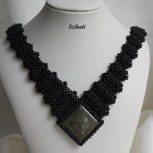 Elegáns fekete gyöngyfűzött nyakék obszidiánnal (szikati) - Meska.hu