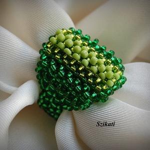 Zöld gyöngyfűzött koktélgyűrű (szikati) - Meska.hu