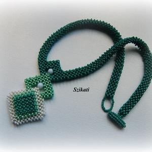 Menta-zöld gyöngyfűzött nyakék fehérrel (szikati) - Meska.hu