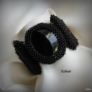 Elegáns fekete gyöngyfűzött karkötő (szikati) - Meska.hu