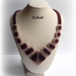 Elegáns beige - padlizsán-lila gyöngyfűzött nyakék (szikati) - Meska.hu