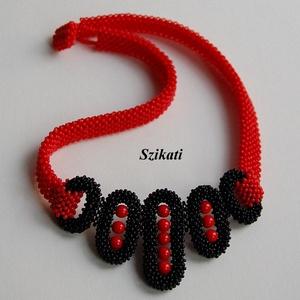 Piros - fekete gyöngyfűzött nyakék - Meska.hu