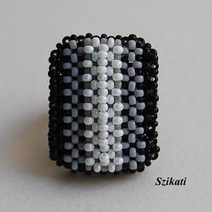 Elegáns fekete - fehér gyöngyfűzött koktélgyűrű (szikati) - Meska.hu