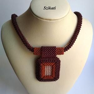 Barna gyöngyfűzött nyaklánc medállal, Ékszer, Nyaklánc, Medálos nyaklánc, Ékszerkészítés, Gyöngyfűzés, gyöngyhímzés, Saját tervezésű, egyedi, különleges formavilágú gyöngyfűzött nyaklánc medállal.\n\nMedál méretei: 6,5 ..., Meska