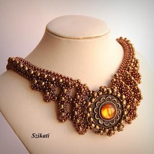 Bronz gyöngyfűzött nyakék, Ékszer, Nyaklánc, Gyöngyös nyaklác, Ékszerkészítés, Gyöngyfűzés, gyöngyhímzés, Saját tervezésű, egyedi, különleges forma- és színvilágú, dekoratív gyöngyfűzött nyakék.\n\nHossza a n..., Meska