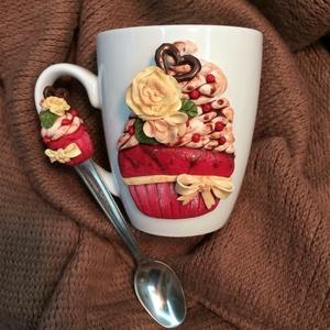 Vörös bársony cupcake /muffin bögre és kanál, Otthon & Lakás, Konyhafelszerelés, Bögre & Csésze, Gyurma, Törtfehér színű bögre vörös bársony cupcake /muffin díszítéssel és hozzá illő kiskanállal. Nagyon gu..., Meska