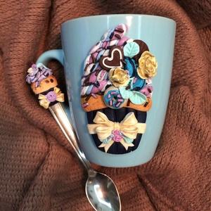 Kék masnis cupcake /muffin bögre és kanál, Otthon & Lakás, Konyhafelszerelés, Bögre & Csésze, Gyurma, Kék színű bögre, masnis és virágos cupcake /muffin dísszel és hozzá illő kanál.\nSüthető gyurmából ké..., Meska