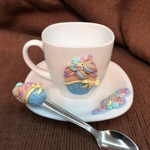 Cupcake /muffin csésze + alj és kanál, Otthon & Lakás, Konyhafelszerelés, Bögre & Csésze, Gyurma, Fehér kávéscsésze cupcake /muffin díszítéssel és hozzá illő kanál + csészealj.\nA díszek süthető gyur..., Meska