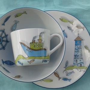 Hajós-halas mintával díszített porcelán gyermek étkészlet, Konyhafelszerelés, Otthon & lakás, Bögre, csésze, Festett tárgyak, Kerámia, 3 részből álló hajós mintával festett porcelán gyermek étkészlet.\nKemény porcelán alapanyagra saját ..., Meska