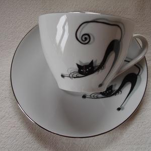 Modern macskás motivúmmal díszített porcelán teás-kávés csésze alsóval, Konyhafelszerelés, Otthon & lakás, Bögre, csésze, Festett tárgyak, Kerámia, Macskás mintával megfestett porcelán csésze alsóval.\nA termék kézzel festett, porcelán égetőkemencéb..., Meska