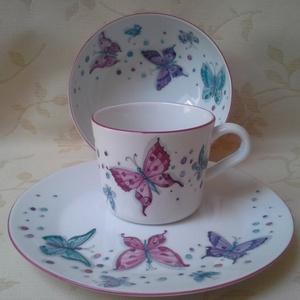 Pillangós mintával festett porcelán gyermek étkészlet, Gyerek & játék, Konyhafelszerelés, Otthon & lakás, Bögre, csésze, Baba-mama kellék, Festészet, Kerámia, \n 3 részből álló pillangós mintával festett porcelán gyermek étkészlet.\n Kemény porcelán alapanyagra..., Meska
