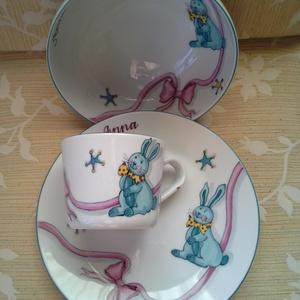 Nyuszis mintával festett porcelán gyermek étkészlet, Gyerek & játék, Baba-mama kellék, Konyhafelszerelés, Otthon & lakás, Bögre, csésze, Kerámia, Festészet, 3 részből álló nyuszis mintával festett porcelán gyermek étkészlet.\n Kemény porcelán alapanyagra saj..., Meska