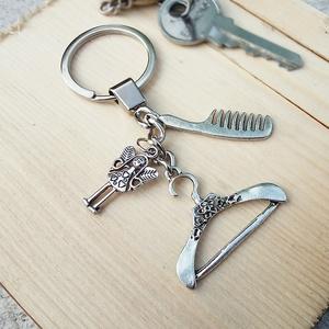 CsakFém kulcstartó- Szépség, Táska, Divat & Szépség, Kulcstartó, táskadísz, Fém fityegőkből összeállított kulcstartó, teljes magassága kb 9 cm.  Személyes átvételre Kecskeméten..., Meska