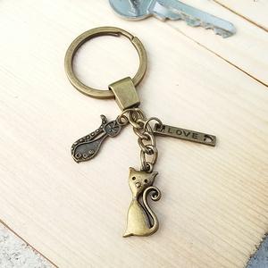 CsakFém kulcstartó- Macska, Táska, Divat & Szépség, Kulcstartó, táskadísz, Fém fityegőkből összeállított kulcstartó, teljes magassága kb 8 cm.  Személyes átvételre Kecskeméten..., Meska