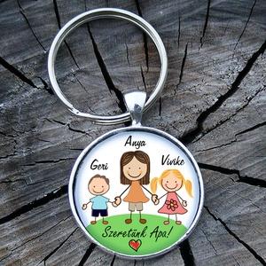 Egyedi rajzolt család- üveglencsés fém kulcstartó, Táska & Tok, Kulcstartó, Kulcstartó & Táskadísz, 3 cm átmérőjű fém alapra készült ez a kulcstartó. Egy oldalas!  Saját családi rajzot, rövid felirato..., Meska