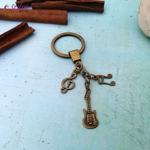 CsakFém kulcstartó- Gitáros, Táska & Tok, Kulcstartó & Táskadísz, Kulcstartó, Fém fityegőkből összeállított kulcstartó, teljes magassága kb 9 cm.  Személyes átvételre Kecskeméten..., Meska