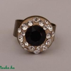 Swarovski kristály gyűrű!, Ékszer, Gyűrű, Többköves gyűrű, Ékszerkészítés, Üvegművészet, Különleges technikával készült Swarovski gyűrű!\n\nRéz gyűrűalapon több színű és különböző méretű swar..., Meska