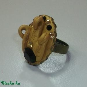 Arany páfrány Swarovski gyűrű!, Ékszer, Gyűrű, Többköves gyűrű, Ékszerkészítés, Gyurma, Különleges technikával készült Swarovski gyűrű!\n\nRéz színű gyűrűalapra arany színű páfrány leveleket..., Meska