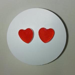 Szív alakú piros fülbevaló, Ékszer, Fülbevaló, Karika fülbevaló, Ékszerkészítés, Piros szív alakú műgyantából készült fülbevaló. Üvegszerű hatás, nem törékeny, tömör anyag. Könnyű é..., Meska