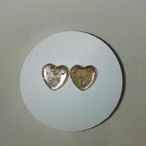 Szív alakú bedugós fülbevaló, Ékszer, Fülbevaló, Karika fülbevaló, Ékszerkészítés, Áttetsző arany szív alakú műgyantából készült bedugós fülbevaló. Üvegszerű hatás, nem törékeny, tömö..., Meska
