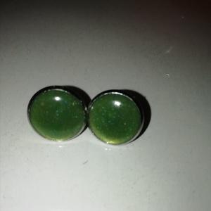 Zöld színű fülbevaló 12 mm, Ékszer, Fülbevaló, Karika fülbevaló, Ékszerkészítés, Zöld színű műgyantából készült fülbevaló. Üvegszerű hatás, nem törékeny, tömör anyag. Könnyű ékszer...., Meska