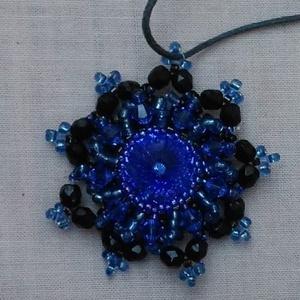 Swarovski köves kék nyaklánc , Ékszer, Nyaklánc, Medálos nyaklánc, Ékszerkészítés, Swarovski köves kék és fekete színű nyaklánc. A medál gyöngyből készült, nem törékeny, tömör anyag. ..., Meska