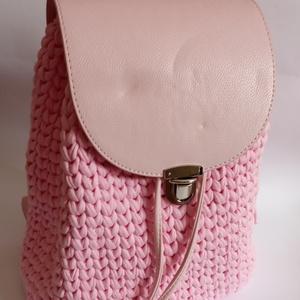 Rózsaszín színű póló fonálból, rózsaszín kiegészítőkkel készült hátizsák , Táska, Divat & Szépség, Táska, Hátizsák, Horgolás, Rózsaszín színű póló fonálból, rózsaszín kiegészítőkkel készült hátizsák. \nMérete: 30 cm magas, 29 c..., Meska