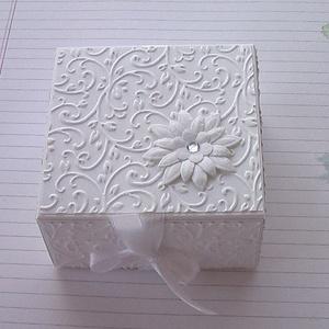 Ajándékátadó dobozka, Otthon & Lakás, Papír írószer, Ajándékkísérő, Papírművészet, Fehér strukturált kartonból dombormintás rátéttel készült köszönetajándék átadó vagy ajándékkísérő d..., Meska