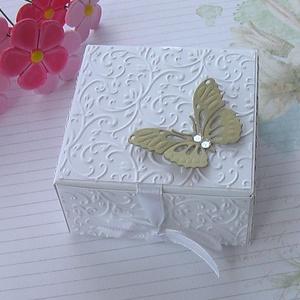 Ajándékátadó dobozka, Otthon & lakás, Naptár, képeslap, album, Ajándékkísérő, Esküvő, Meghívó, ültetőkártya, köszönőajándék, Papírművészet, Fehér strukturált kartonból dombormintás rátéttel készült köszönetajándék átadó vagy ajándékkísérő d..., Meska
