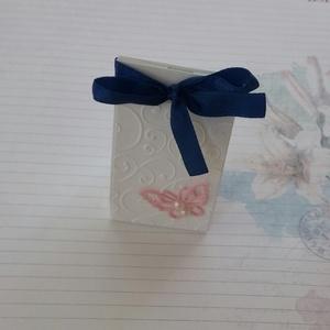 Kék és rózsaszín esküvőre, Esküvő, Meghívó, ültetőkártya, köszönőajándék, Gyerek & játék, Otthon & lakás, Dekoráció, Papírművészet, Csodaszép,  fehér strukturált kartonból és kék szalagból készült aprócska, jelképes ajándék átadásár..., Meska