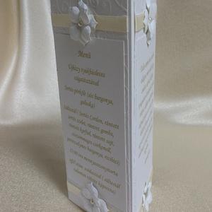 Bézs szalagos virágos menükártya, Otthon & Lakás, Dekoráció, Asztaldísz, Papírművészet, Esküvői ünnepi asztalra készült ez a menükártya. \n\nStrukturált kartonból, bézs szalaggal és gyöngyök..., Meska