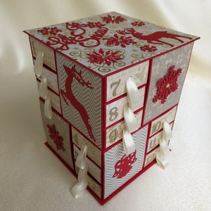 Adventi naptár piros-krém-aranyban, Otthon & Lakás, Karácsony & Mikulás, Adventi naptár, Papírművészet, Saját tervezésű, színes kartonból és scrapbook papírokból  készült adventi naptár. A 24 dobozkát mag..., Meska