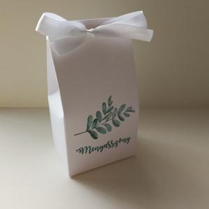 Ültetőkártya helyett köszönőajándék dobozka esküvőre , Esküvő, Meghívó, ültetőkártya, köszönőajándék, Esküvői dekoráció, Papírművészet, Fehér vászonmintázott kartonból készítettem esküvői köszönetajándék dobozkámat, mely egyúttal az ült..., Meska
