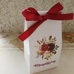 Ültetőkártya helyett köszönőajándék dobozka esküvőre , Esküvő, Meghívó, ültetőkártya, köszönőajándék, Esküvői dekoráció, Papírművészet, Fehér vászonmintázott kartonból készítettem a legújabb esküvői köszönetajándék dobozkámat, mely egyú..., Meska