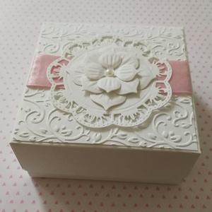 Pénzátadó dobozka, Doboz, Tárolás & Rendszerezés, Otthon & Lakás, Papírművészet, Kb. 10x10x4, 5 cm-es pénzátadó dobozkát készítettem fehér strukturált kartonból. \nA dobozka belsejéb..., Meska