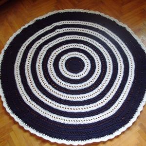 Mandala horgolt szőnyeg, Otthon & lakás, Lakberendezés, Lakástextil, Szőnyeg, Akril fonálból készült horgolt mandala szőnyeg. Átmérője 130 cm. Sötétkék, fehér színekben pompázik...., Meska
