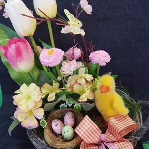 tavaszi kacsás asztali dísz, Otthon & lakás, Dekoráció, Dísz, Ünnepi dekoráció, Húsvéti díszek, Lakberendezés, Asztaldísz, Mindenmás, Virágkötés, Egy 20 cm átmérőjű és 9 cm magas kerek, füles, kosárba mű fehér és rózsaszín tulipánokkal, rózsaszín..., Meska