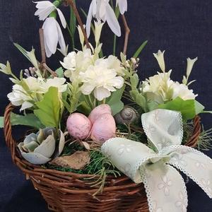 hóvirágos, tavaszi asztali dísz, Otthon & lakás, Dekoráció, Dísz, Ünnepi dekoráció, Húsvéti díszek, Lakberendezés, Asztaldísz, Mindenmás, Virágkötés, egy 20 cm átmérőjű 9 cm magas, füles, fonott natúr színű kosárba mű hóvirágokból. tört fehér virágok..., Meska