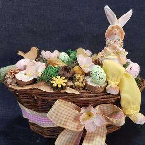 Nyuszis húsvéti kosár, Otthon & lakás, Dekoráció, Dísz, Ünnepi dekoráció, Húsvéti díszek, Lakberendezés, Asztaldísz, Mindenmás, Virágkötés, Egy ovális natúr színű 20 cm-es kosarat száraz termésekkel, művirágokkal, hungarocell tojásokkal, fá..., Meska