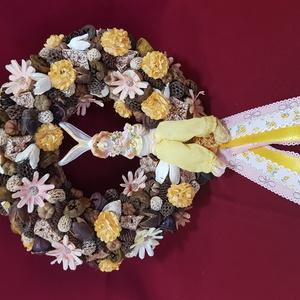 Tavaszi nyuszis ajtódísz, Otthon & Lakás, Dekoráció, Ajtódísz & Kopogtató, Virágkötés, Mindenmás, 20cm-es széna alapot bevontam juta szalaggal, majd az egészet natur és sárga színű termésekkel díszí..., Meska