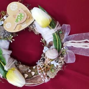 Tavasz tulipánokkal, Otthon & Lakás, Dekoráció, Ajtódísz & Kopogtató, Virágkötés, Mindenmás, 25 cm-es moha alapot vadszőlőindával körbe tekertem. A koszorút fehér mű tulipánokkal egyéb apró mű ..., Meska