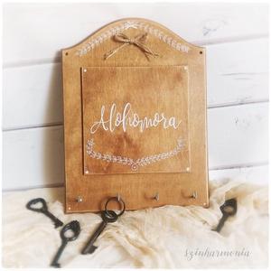 """ALOHOMORA - fali kulcstartó tábla (kalligrafikus felirat, natúr), Táska, Divat & Szépség, Kulcstartó, táskadísz, Otthon & lakás, Lakberendezés, Tárolóeszköz, Falikép, Festett tárgyak, Fotó, grafika, rajz, illusztráció, \""""Alohomora\"""" farmhouse stílusban ;)\n\n\""""Alohomora\"""" ~ A kulcsrazárt ajtót kinyitó bűbáj, de ha Te is imá..., Meska"""