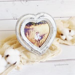 Képkeret Szív - Vintage Fehér 8,5x9 cm (fényképtartó, képtartó, nászajándék, esküvő, asztalszám, fotózás, kép), Otthon & lakás, Lakberendezés, Esküvő, Képkeret, tükör, Festett tárgyak, Fotó, grafika, rajz, illusztráció, Visszafogott stílus, természetes harmónia, fába zárt szeretet...\n\n>>> Ezekkel a festett képkeretekke..., Meska