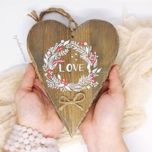 Akasztható Szív - Virágkoszorú (ajtódísz, függő, kopogtató, fali dísz, dekoráció, gyerekszoba, esküvő, fotózás), Otthon & lakás, Lakberendezés, Ajtódísz, kopogtató, Esküvő, Dekoráció, Ünnepi dekoráció, Szerelmeseknek, Esküvői dekoráció, Festett tárgyak, Fotó, grafika, rajz, illusztráció, Visszafogott stílus, természetes harmónia, fába zárt szeretet...\n\nBájos dekoráció.\n\n~~~~~ ~~~~~ ~~~~..., Meska