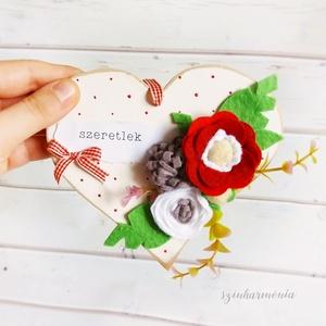 Szeretlek - Akasztható szív filc virágokkal I. (esküvő fotózás gyerekszoba valentin nap szerelmeseknek örök filcvirág ), Otthon & lakás, Lakberendezés, Ajtódísz, kopogtató, Dekoráció, Ünnepi dekoráció, Szerelmeseknek, Anyák napja, Festett tárgyak, Nemezelés, Visszafogott stílus, természetes harmónia, fába zárt szeretet...\n\nEgy kis kedvesség annak, akit igaz..., Meska